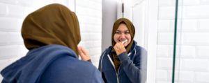 Wanita muslim menggunakan pasta gigi halal dan natural di Indonesia. Penasaran apa produknya?