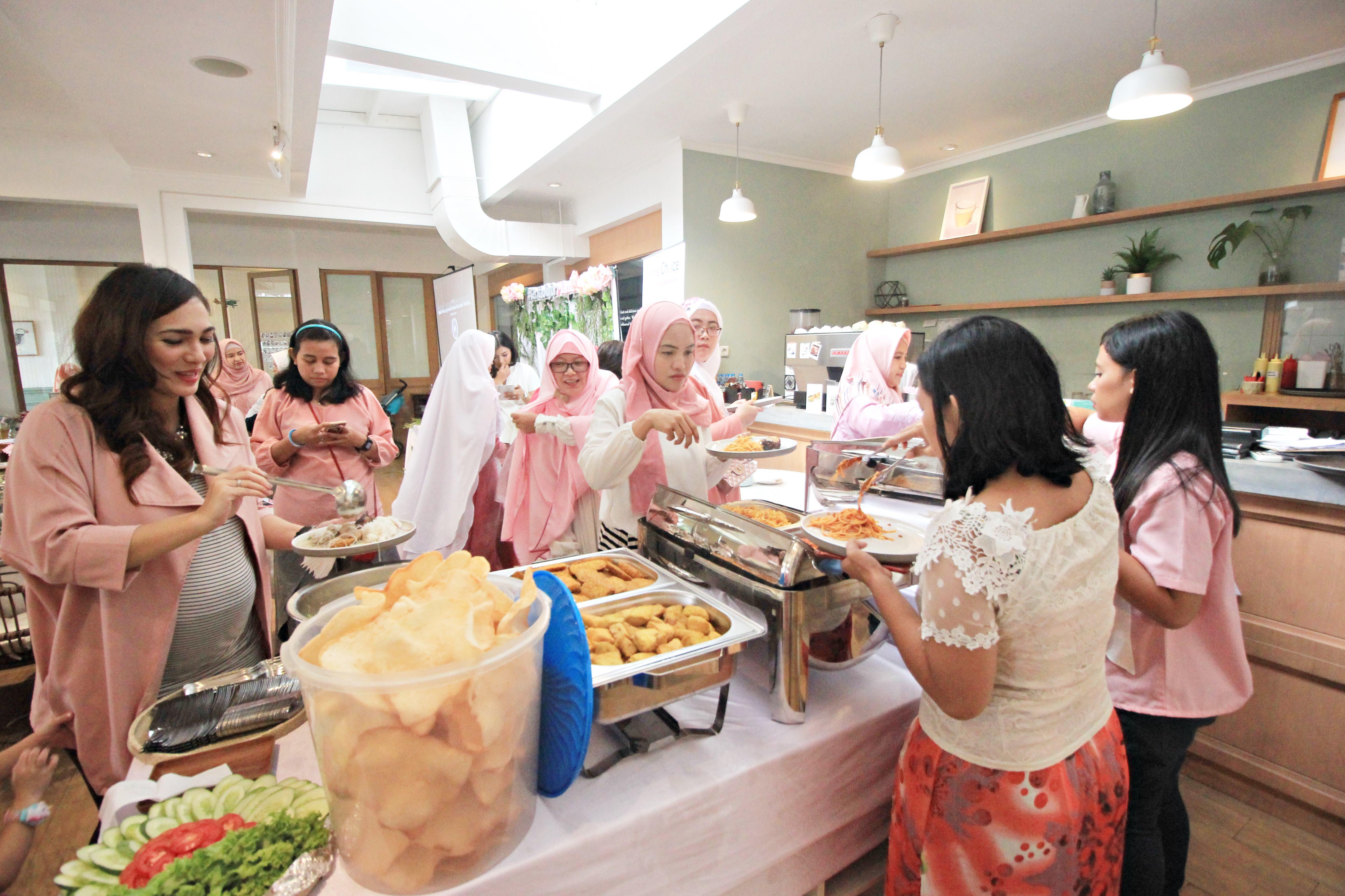 Ibu hamil makan bersama