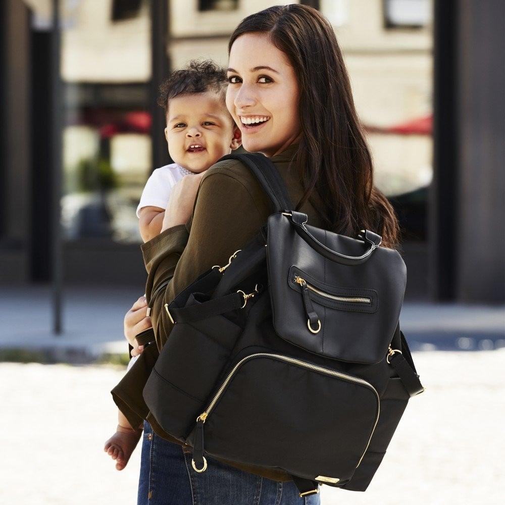 ibu hamil menggunakan tas perlengkapan bayi