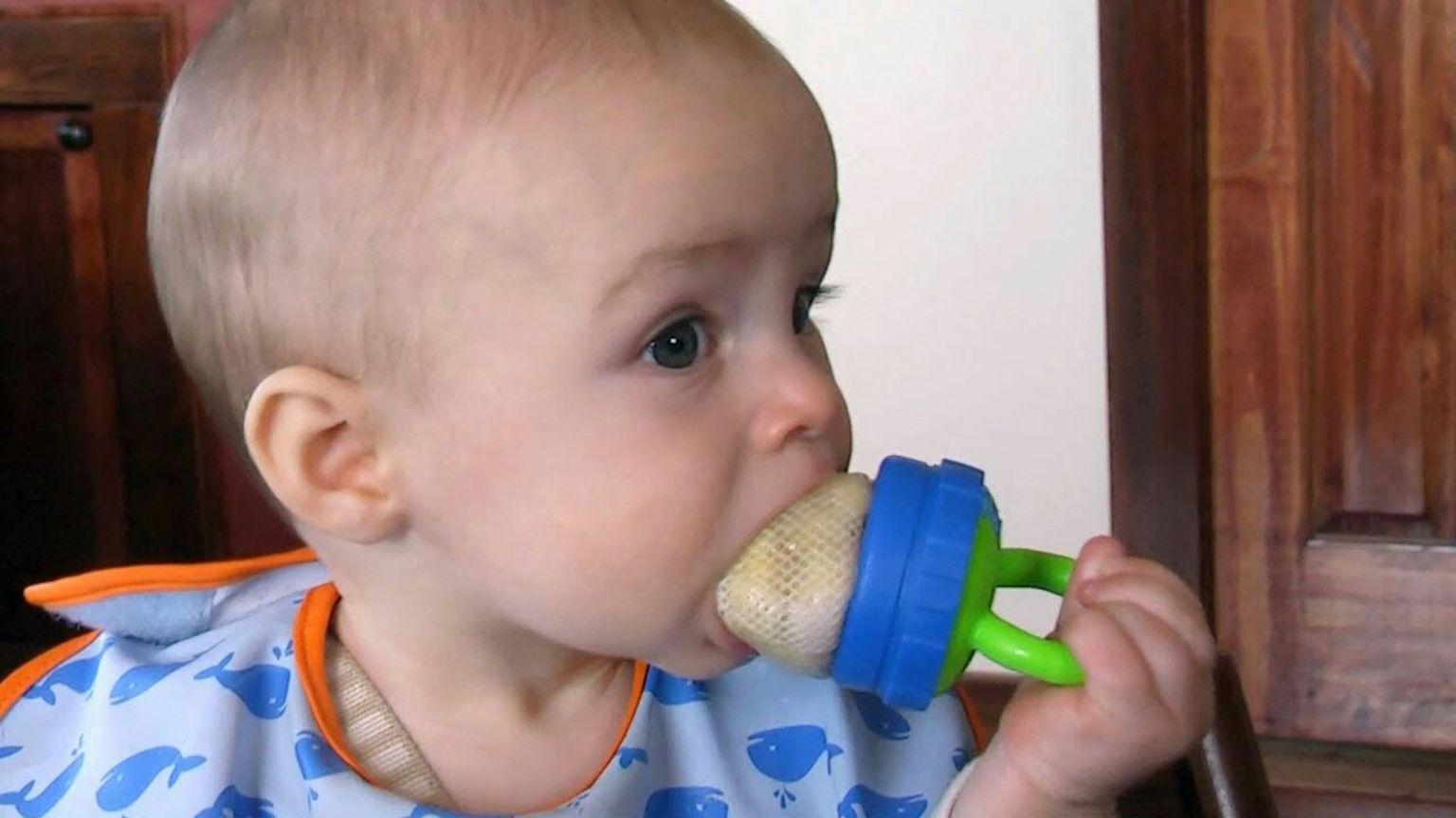 bayi menggunakan teether