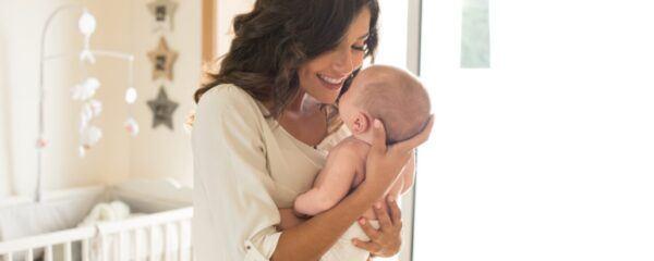 cara menggendong bayi baru lahir yang salah